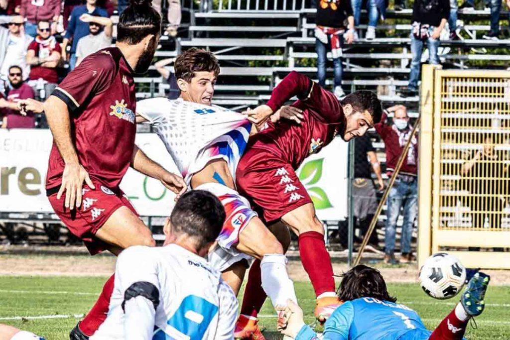 Arduini segna la rete dell'1-0 (foto ufficiale Follonica-Gavorrano)