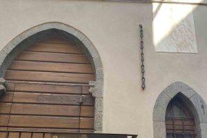 La catena spezzata sull'antico municipio di Seggiano